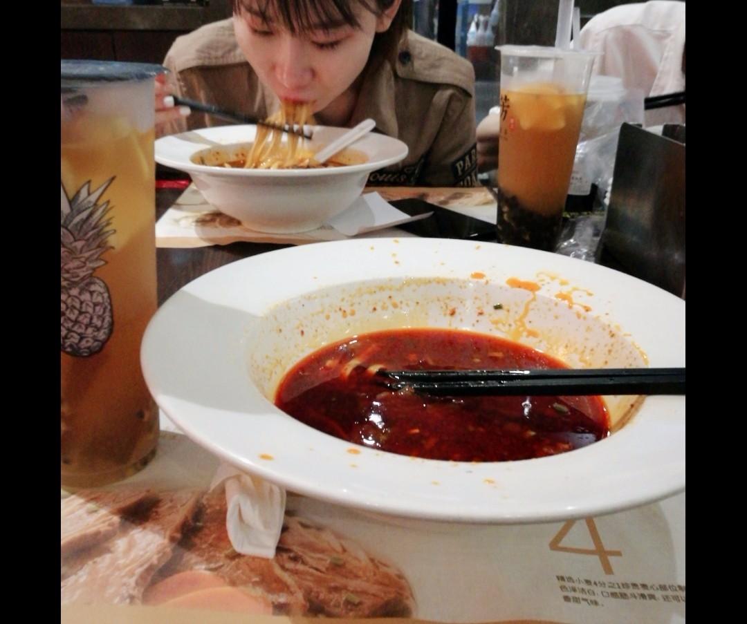 【扎心】吃面吃的正香,同事把她男朋友带来虐我,瞬间吃不下了!