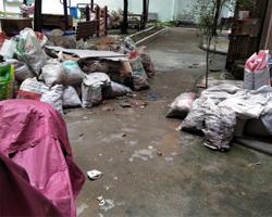 【心烦】楼上装修垃圾堆满楼道,请大家帮忙出出主意怎么解决?