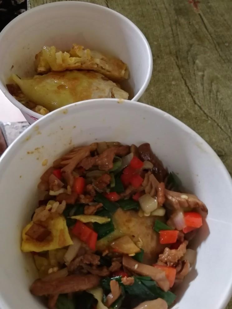 【拔草】早上一家人拔草周记豆皮 ,我吃的红油牛杂面和婆婆的糊汤粉都还挺不错!