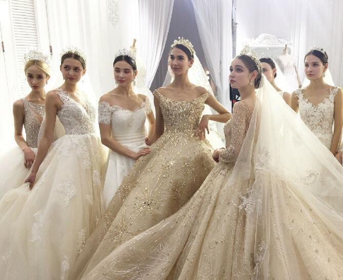 【转让】3800元转MIA家套餐:三套新娘婚纱,四套伴娘服,衣服全场任选,还有婚礼当天跟妆!