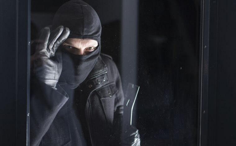 【吓人】到现在惊魂未定!半夜有人夜袭我们家!是小偷还是杀人?