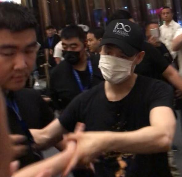 【炸裂】 昨晚的幸福来得太突然,近距离跟偶像张学友握手!