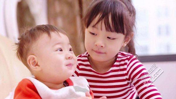 """【好妈妈课堂】女孩与妹妹争宠""""退化""""成婴儿,宝妈们你们的孩子争宠吗?"""