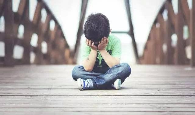 【心塞】二年级的孩子受老人影响,情绪易怒有抑郁症状,我该如何是好?