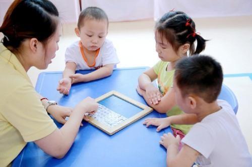 2岁多女儿有点内向,不敢主动和小朋友打招呼,上早教中心能改变状况吗?