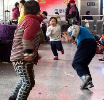 小孩霸占了整个车厢追赶撞人,家长还笑眯眯的看着!坐个地铁都不得安生!