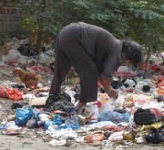 小区里面捡垃圾的老太太明明不差钱,还要每天坐岗捡,她们出于什么心理啊!
