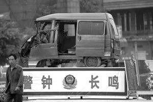 太恐怖了!徐东销品茂门口昨晚发生的事故!过节大家出行一定注意安全!