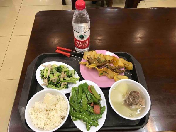 百景园的饭菜,这一盘加一瓶农夫,17块!菜价上涨,吃到这么便宜的饭菜不容易!