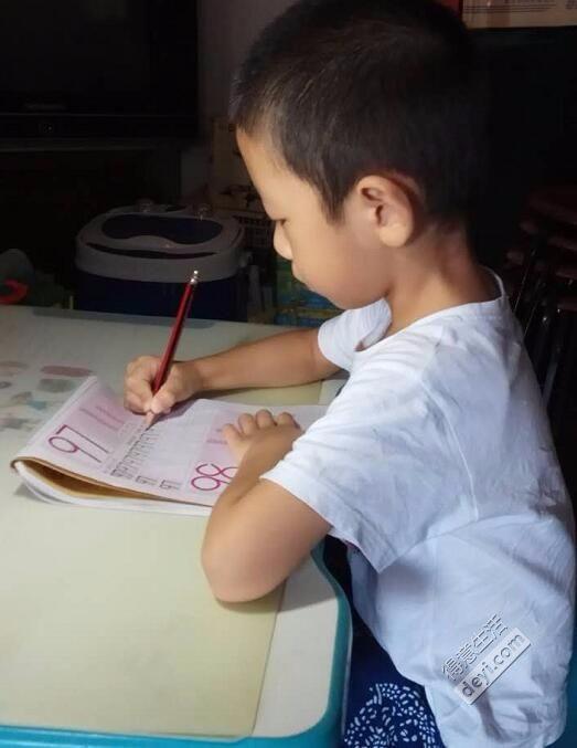 对于有孩子的家庭,假期的正确开启模式!做作业、看电影、读绘本!