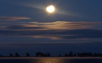 以后日子还长,愿每一个中秋都人月同圆。失去的留在心中,在手的好好珍惜!