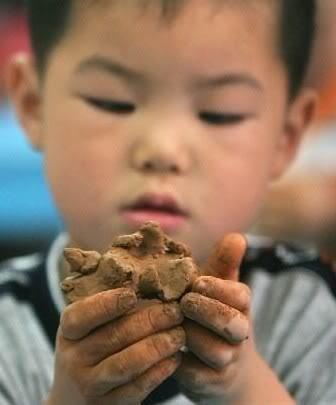 儿子四岁从没上过早教,看周围妈妈报班有点坐不住了,求赐教!