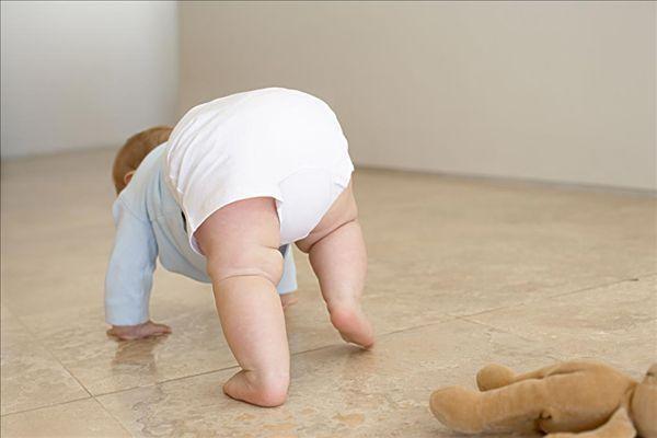 两岁宝宝其它都发育得很健康,就是走路不太正常,是什么原因呢?