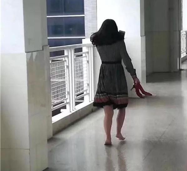 别人家的妈妈打赤脚去学校见孩子,居然被传颂了整个朋友圈!