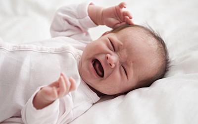 100天宝宝突然哭闹,几分钟之后吃奶就睡着了,这是什么问题?