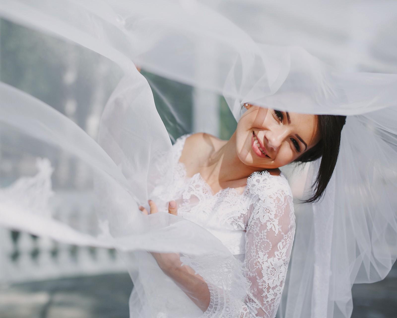 婚礼遇到马拉松,安保禁止新人过马路,最后行动感动了所有人!