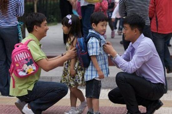 每天上班顺便送娃去幼儿园就免不了攀比!家长也会自卑吗?