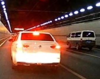 隧道限速行驶突遇后车实线变道超车后故意降速行驶,遇到这种情况该怎么办?