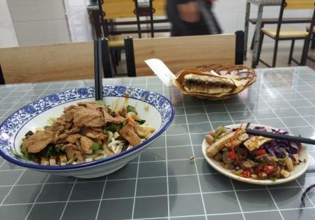 高雄路上的西安面馆,价钱合适,面筋道!算得上武汉最好吃的几家面馆之一了!