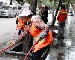城市控制扬尘加大力度,给凌晨五点水洗大街的环卫工点赞!