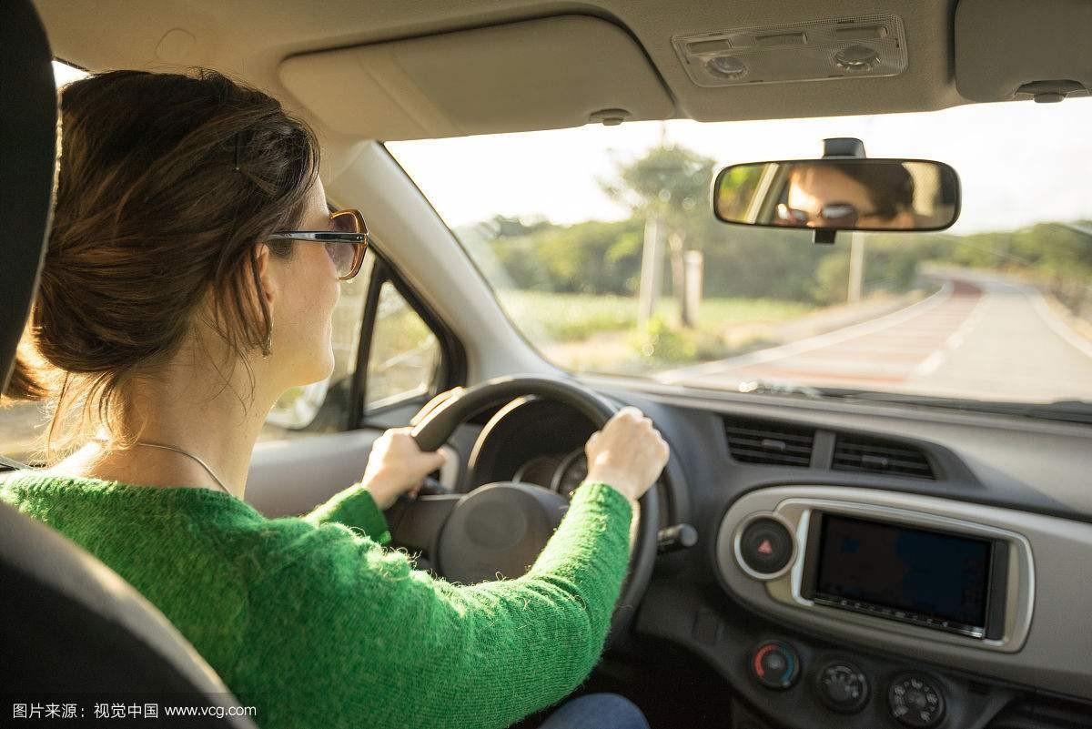 每次产检还要女的开车带着男的去,30多岁的男人家里有车不学正常吗?