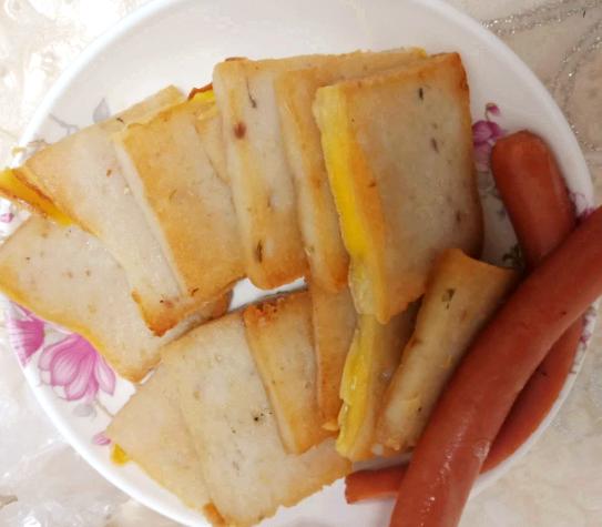 今日美食打卡!手工鱼糕+火腿肠+红豆红米山药粥,初冬就要吃点热乎的!