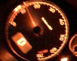 求解!车子启动加油无反应指针还上下跳动,是因为变速箱吗?