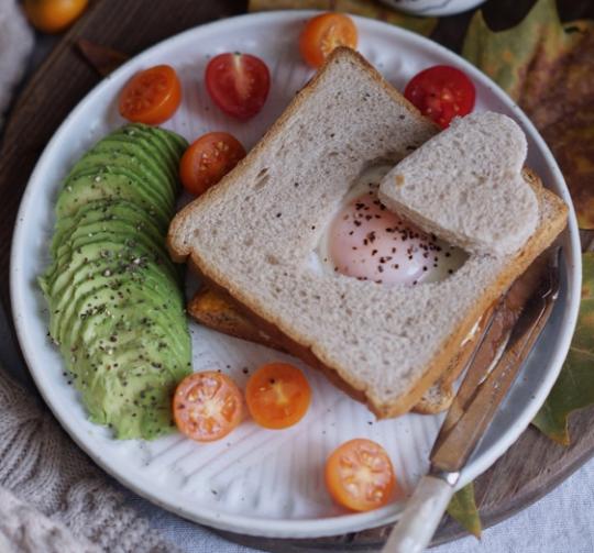 烤吐司爱心蛋!今天是感恩节,吃个面包都要是爱你的形状!