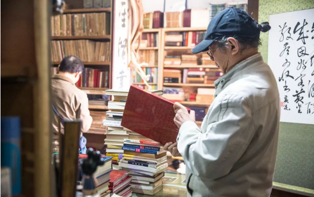 这家低调不造作的旧书店,在武大旁的小巷中,一开就是30年!