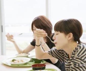 上班族该不该带饭?中午和同事一起吃可以交谈,单独在办公室听说会被排挤!