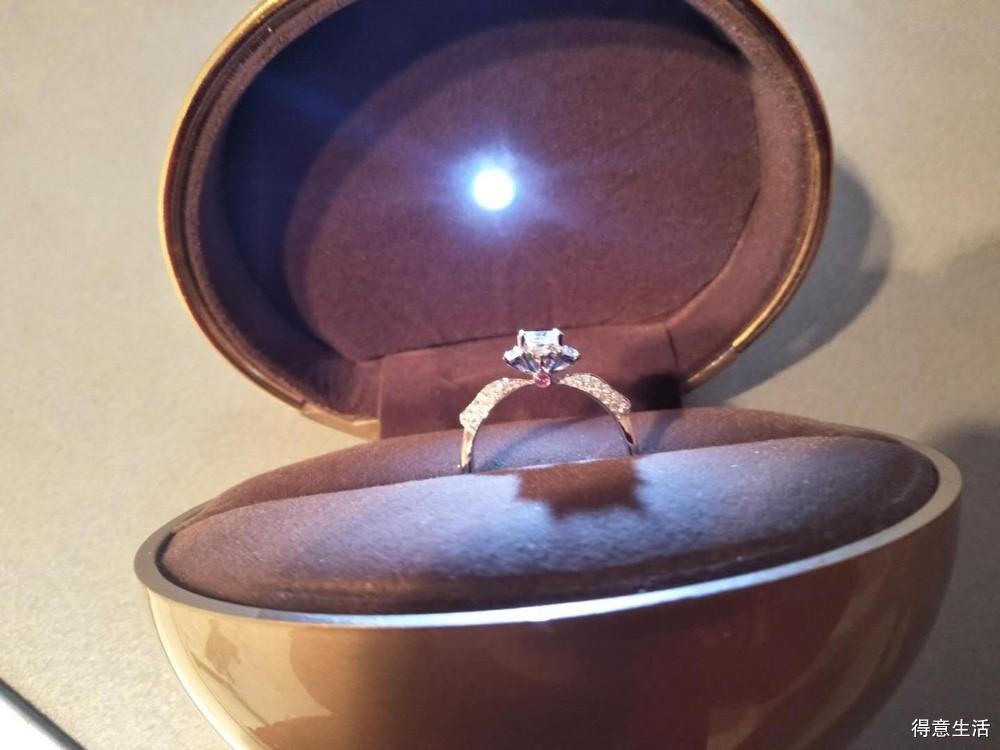 老公给我在楼中店定制了玫瑰造型的钻戒,还送了5分的吊坠!