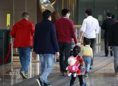 【每日一问】家庭年收入55W,不放心爷爷带孩子,我该在家带孩子还是上班?