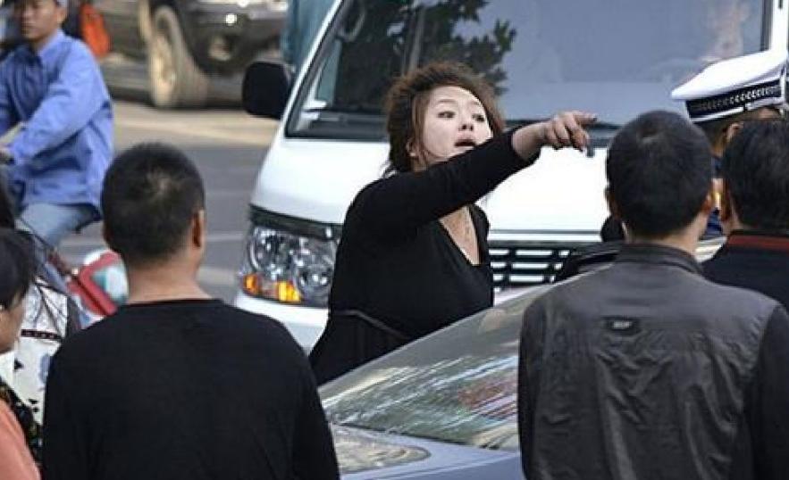 车品即人品,有些司机没多大点事就隔窗对视,遇到这种情况你会怎样做?