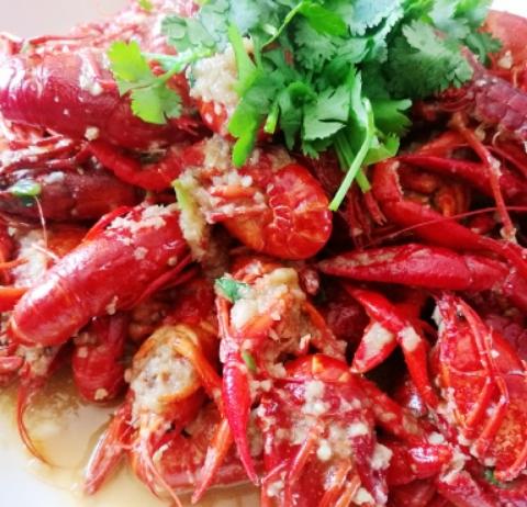周末在家做蒜蓉小龙虾和十三香小龙虾,好吃的根本停不下来!