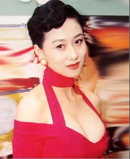 谁说胸大无脑?这个俗艳的上海女人,搞定赌王首富,嫁给功夫之王!