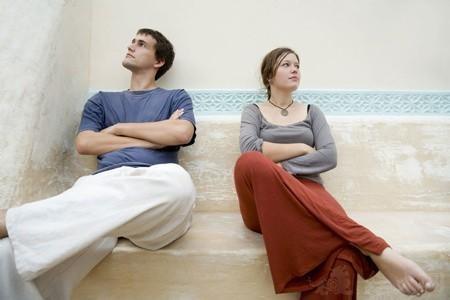老公婚前骗我,租的房子说是自己买的,婚后他父母和亲戚老问他要钱!