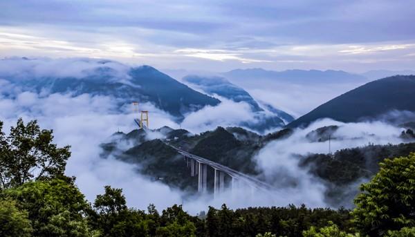 一路向西,过四渡河大桥,感受车行云端,一日千里之快感!