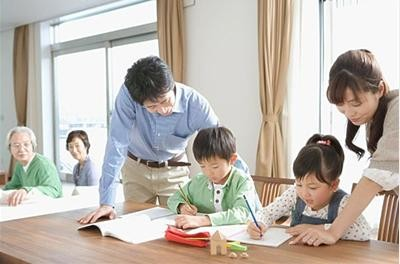 给孩子报私立小学,竟要求有2个以上的特长?幼龄孩子到底该玩?还是该学?