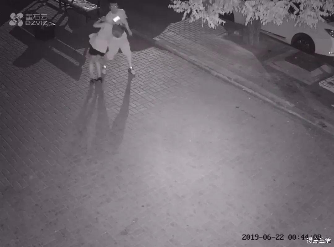 女孩深夜街头遭男子暴打:姑娘,你在哪里!
