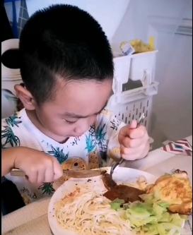再发一个小魔怪吃饭的视频,真是吃嘛嘛香,哈哈哈!