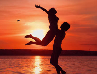 和女友交往近半年,相处和谐,但近几年没打算结婚,怕耽误她!我该怎么办?