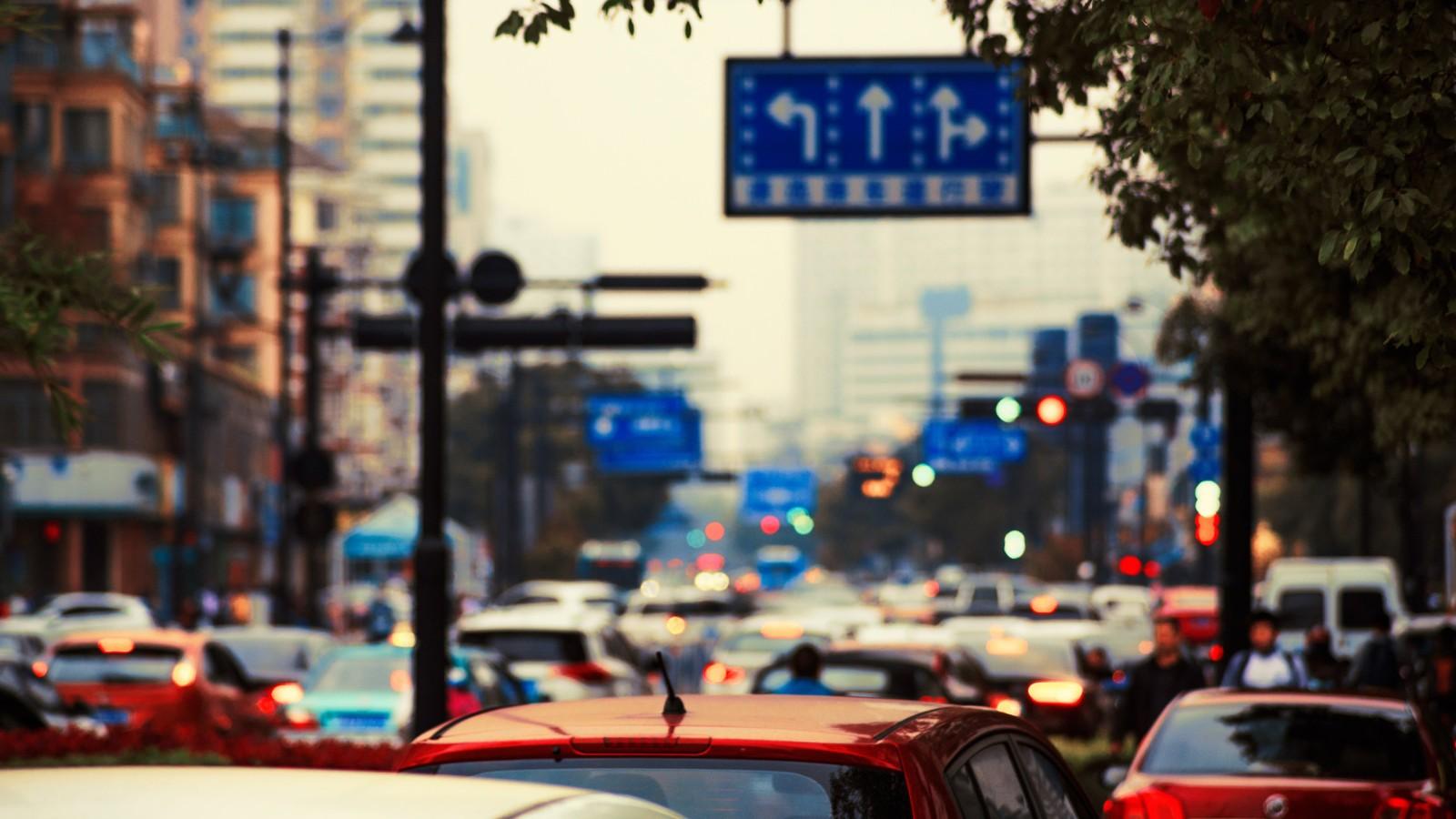 前面的司机绿灯不走,按喇叭也不走!我只能实线变道,这样有问题吗?