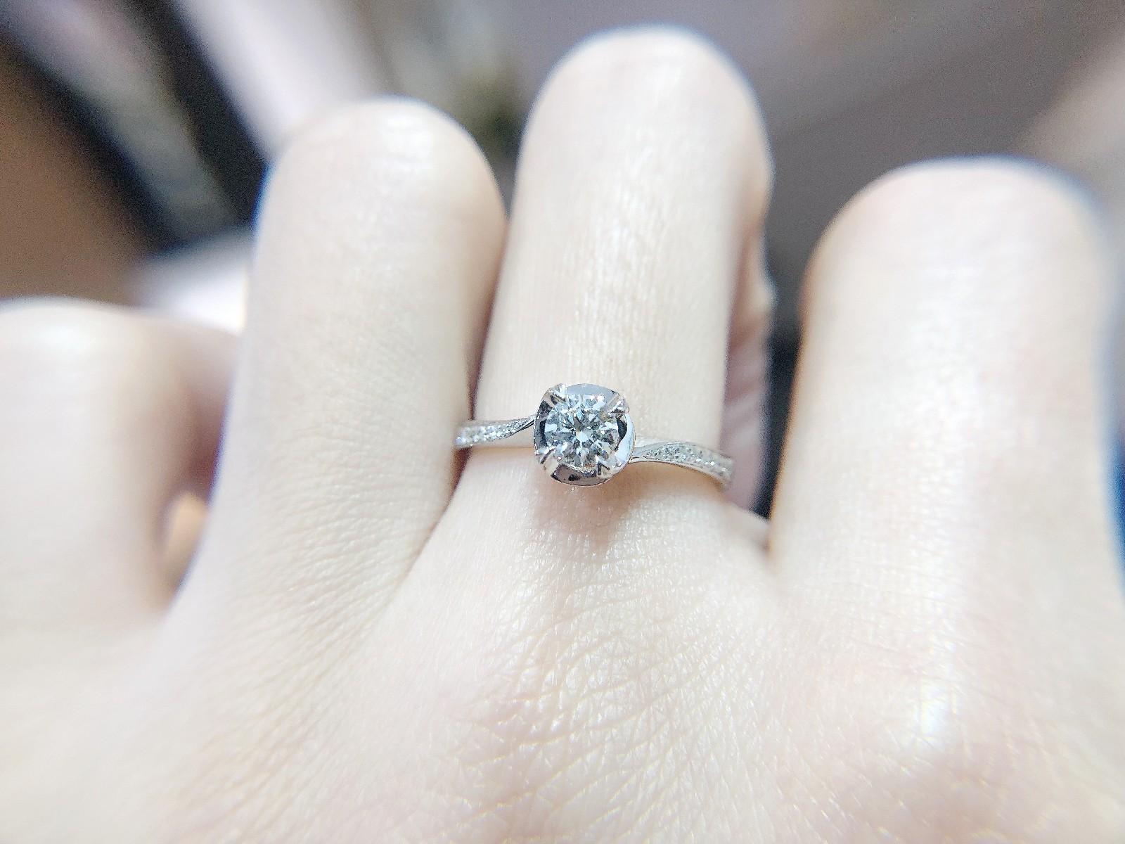 和女票一起出国,准备在国外求婚,有什么办法让她看不到准备的戒指?
