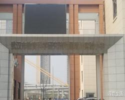 因为超长的名字+豪华的大门,就能成为武汉市最牛小学?