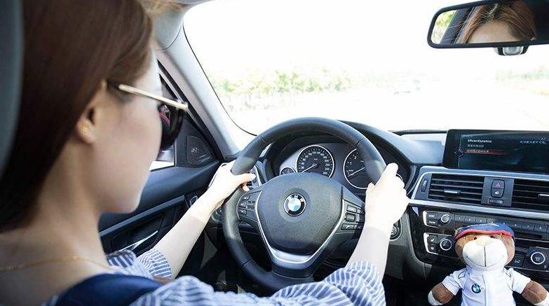 车辆年检标志贴到前挡风玻璃上,别人看都看不到!会不会被交警拦下检查?