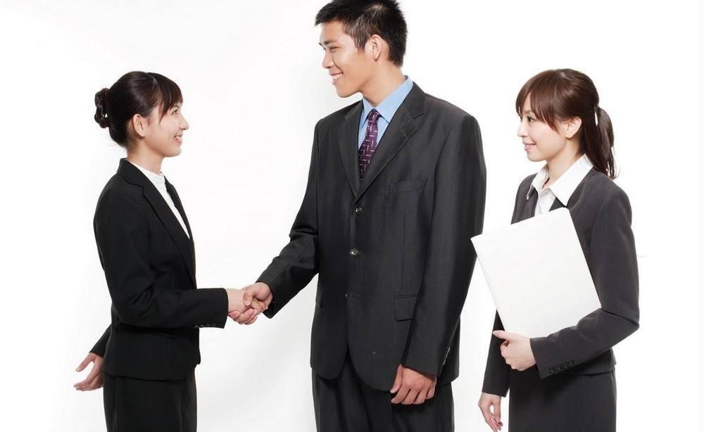 咨询劳务问题:公司不按时为员工缴纳五险一金违反劳动法吗?
