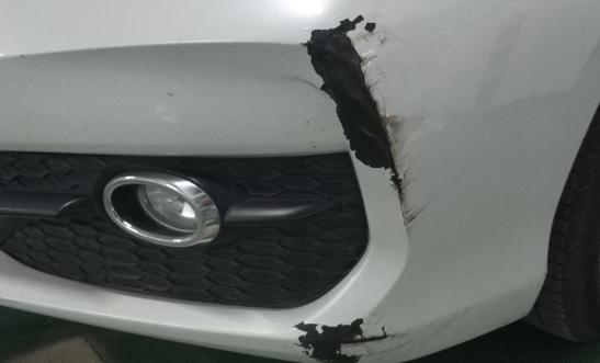 同事的车被另一个同事蹭了,那个人死不承认还躲着,该咋办?