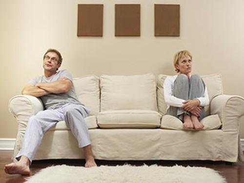 我有个扶弟魔的老公,连自己生活都顾不上,还要帮弟弟还债,我该怎么办?