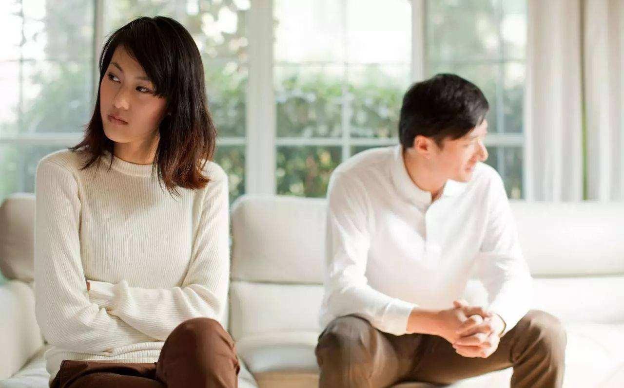 我妈做手术要10万,我弟找我平摊费用,老公不同意还用离婚要挟我?