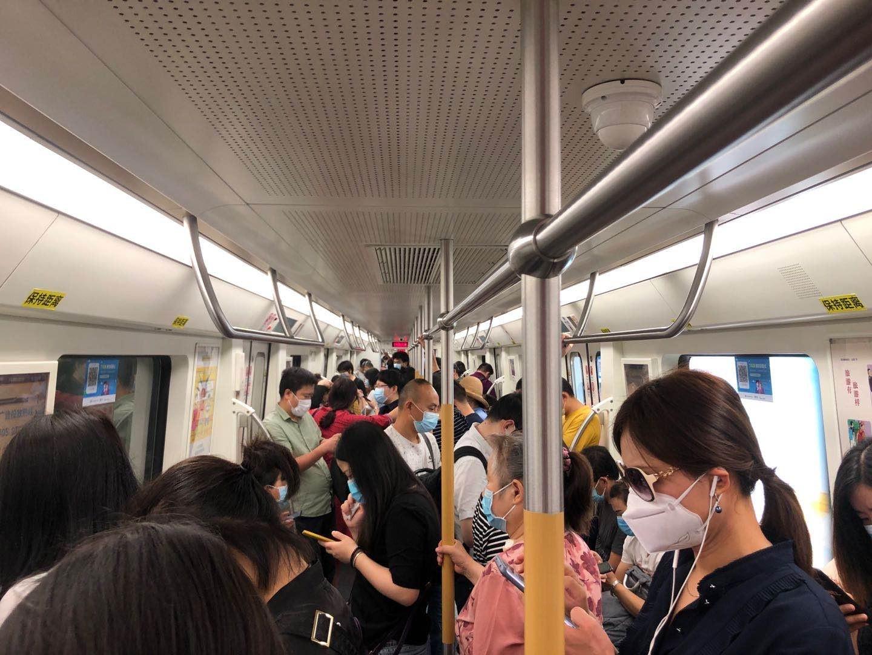 下雨堵车、出门扫码、地铁人多……武汉人上班也太难了吧!